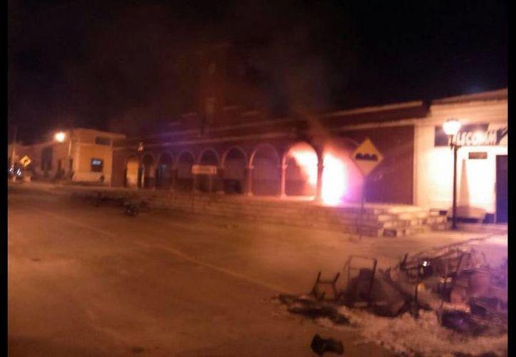 La noche del sábado familiares del occiso y pobladores de Bolonchén amenazaron con quemar el Palacio Municipal si no hay justicia. (Twitter.com/@NotiRicardo)
