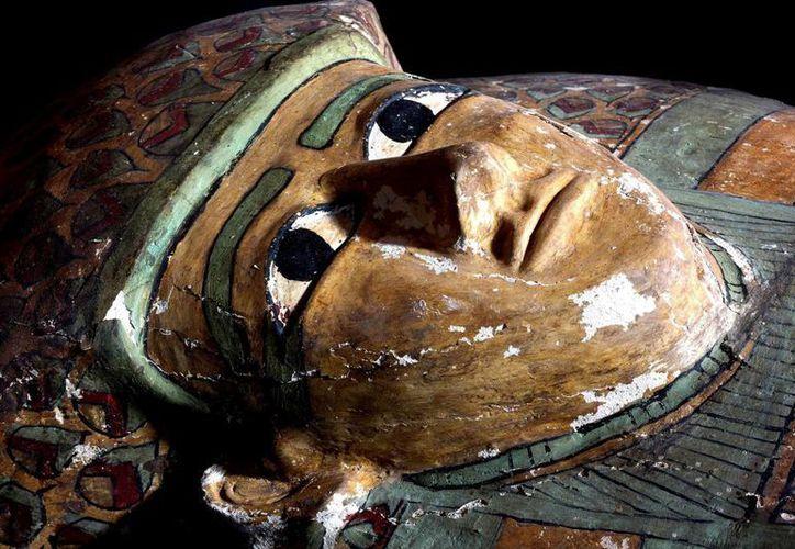 Fotografía facilitada por el Ministerio egipcio de Antigüedades del sarcófago con una momia de hace unos 3,600 años que ha sido descubierto por expertos españoles, en la ciudad de Luxor en Egipto. (EFE)