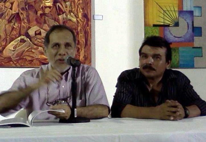 """El pintor que ahora radica en Bacalar, fundó hace más de 10 años el grupo """"Punto y linea"""" del movimiento plástico juvenil. (Jorge Carrillo/SIPSE)"""