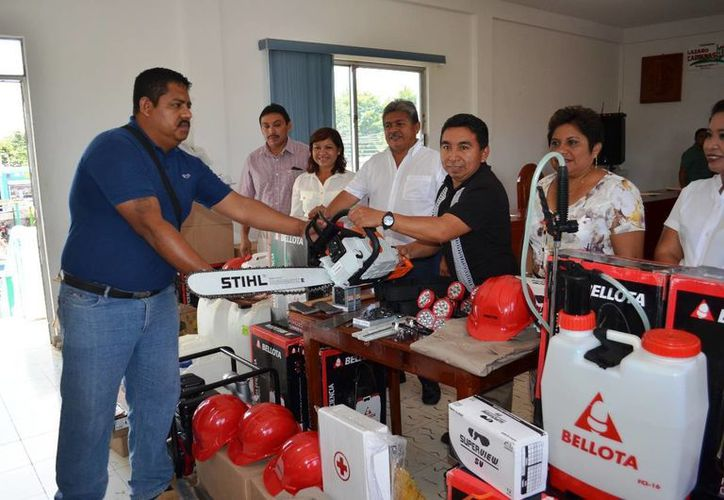 El alcalde encabezó la entrega de las herramientas. (Raúl Balam/SIPSE)