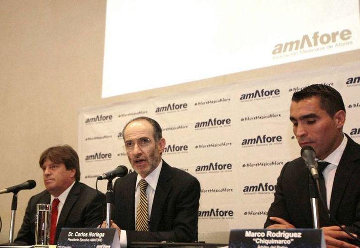 'Enemigos' en la cancha, El Piojo Herrera y Chiquimarco Rodríguez se unieron para una campaña en pro de las Afore. La imagen corresponde a la rueda de prensa para anunciar la campaña. (almomento.mx)
