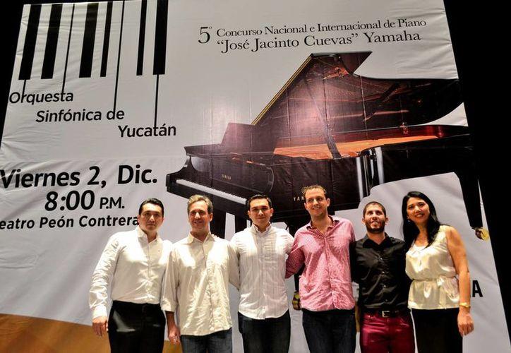 El director español y los tres finalistas que actuarán este viernes con la OSY. (Milenio Novedades)