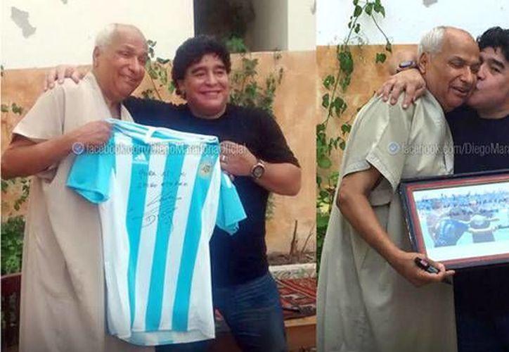 Durante el encuentro el astro argentino le obsequió una playera al exsilbante, quien a su vez le entregó a Maradona una fotografía de aquel partido en el Mundial de México 86. (Imagen tomada del clarin.com)