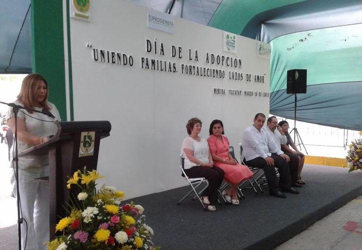 Autoridades estatales celebraron este martes el día de la Adopción,. (Coral Díaz/SIPSE)