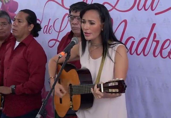 La presidenta municipal de Puerto Morelos, Laura Fernández Piña, dedicó una canción a las madres del municipio. (Impresión de pantalla)