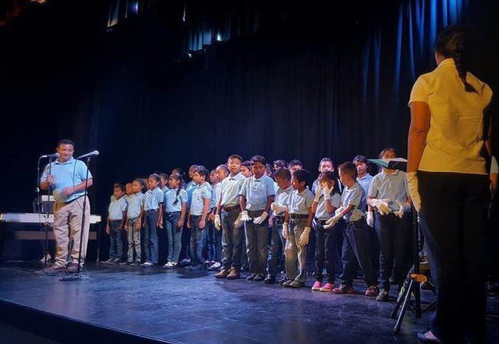 """""""Manos blancas"""" es el coro que integra a niños y niñas con discapacidad auditiva con niños oyentes. (Redacción/SIPSE)"""