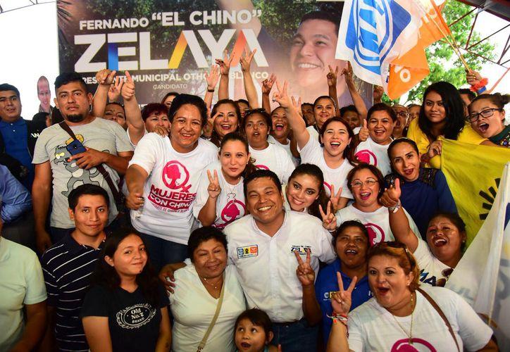 En el segundo día de jornada proselitista el candidato por la coalición Por Quintana Roo al Frente visitó a los habitantes de la colonia Jardines y se reunió con la comunidad artística local. (Redacción/SIPSE)