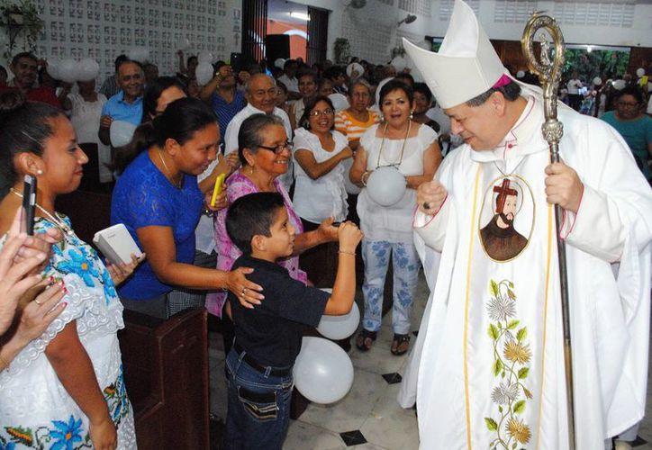 El Arzobispo Gustavo Rodríguez Vega saludó a los fieles quienes se encontraba en su camino, rumbo al altar. (Milenio Novedades)