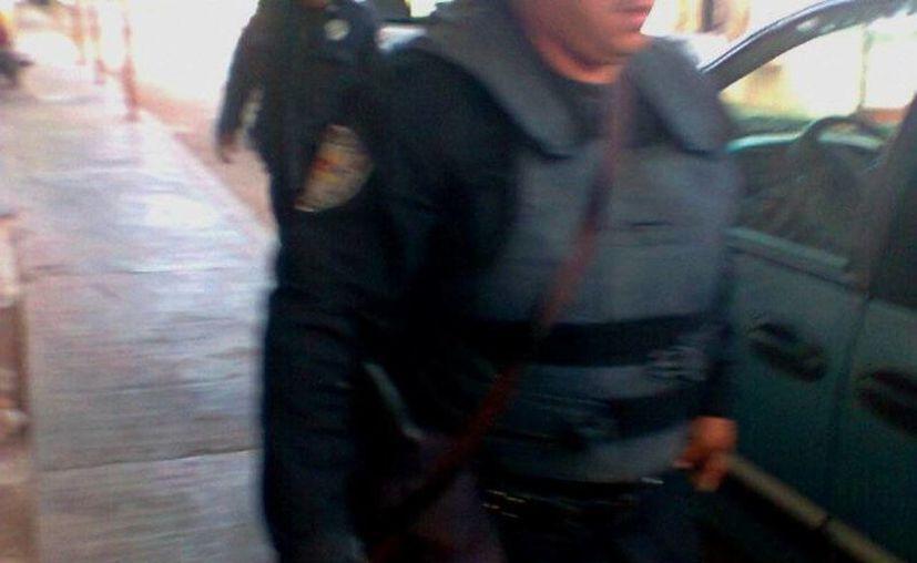 Por tomar una foto a los uniformados, Carlos Cetina Blanco fue arrestado. (Redacción/SIPSE)