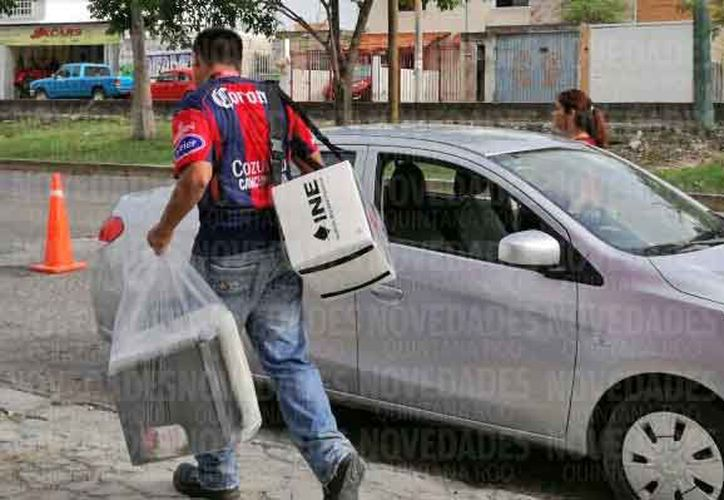 Se contrataron automóviles y choferes para que los CAES entregaran la paquetería electoral. (Jesús Tijerina/SIPSE)