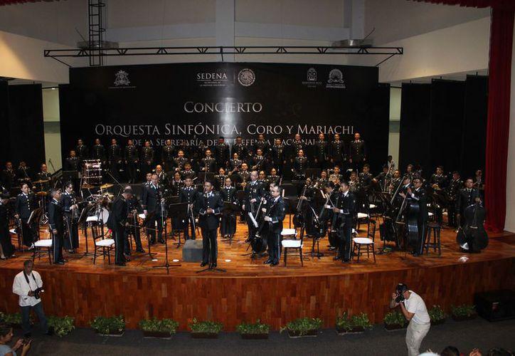 La sinfónica y coro, interpretó como interpretación adicional 'Suéñame Quintana Roo'. (Joel Zamora/SIPSE)