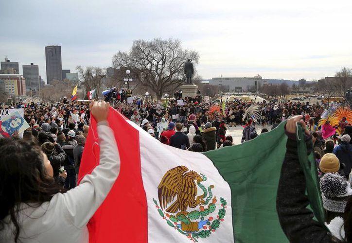 El temor de los inmigrantes de ser deportados va creciendo ante las medidas que ha tomado el gobierno de EU. Imagen de la marcha 'Día sin inmigrantes', en la que se observa una bandera de México. (David Joles/Star Tribune vía AP)