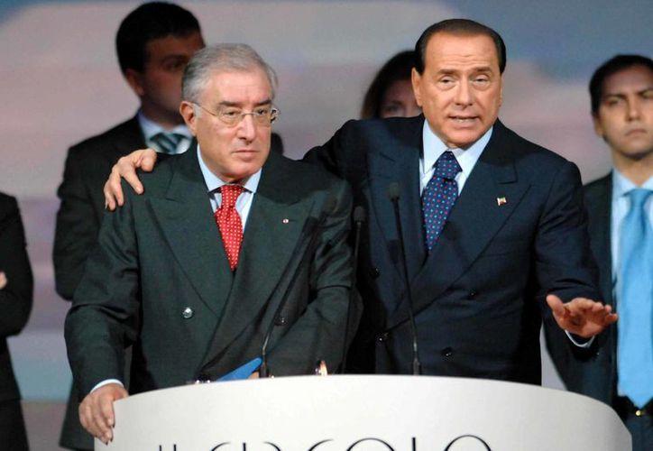 El ex senador italiano Marcello Dell'Utri (i) le presentó a Berlusconi a uno de los mafiosos más importantes del país para que cuidara de su familia. (tempi.it)