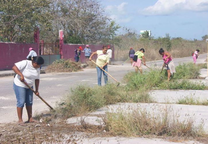 Mujeres de Paraíso participan en el programa de limpieza. (Manuel Pool/SIPSE)