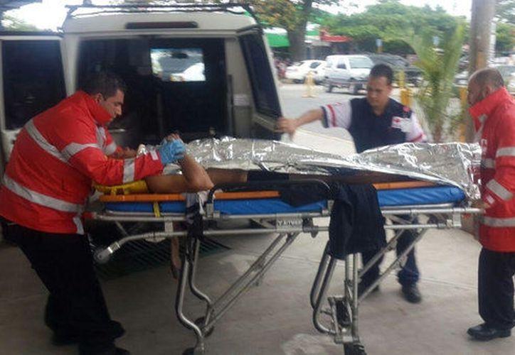 Un hombre intentó ayudar a la mujer y también resultó electrocutado. Ambos fueron trasladados a un hospital privado. (SIPSE)