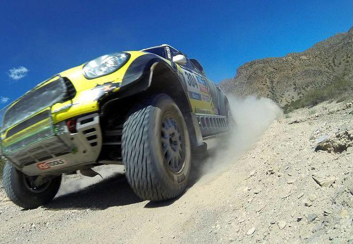 El piloto español Nani Roma sacó provecho más que nadie de las faldas de los Andes argentinos para ganar la tercera etapa del Rally Dakar sudamericano. (EFE)