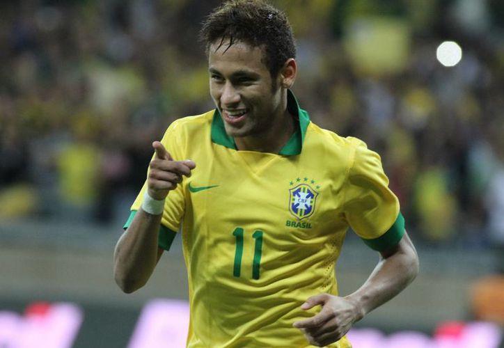 Neymar ha declarado que sólo se irá a Europa, después del Mundial 2014, pero Real Madrid y Barcelona están detrás del delantero. (Efe)