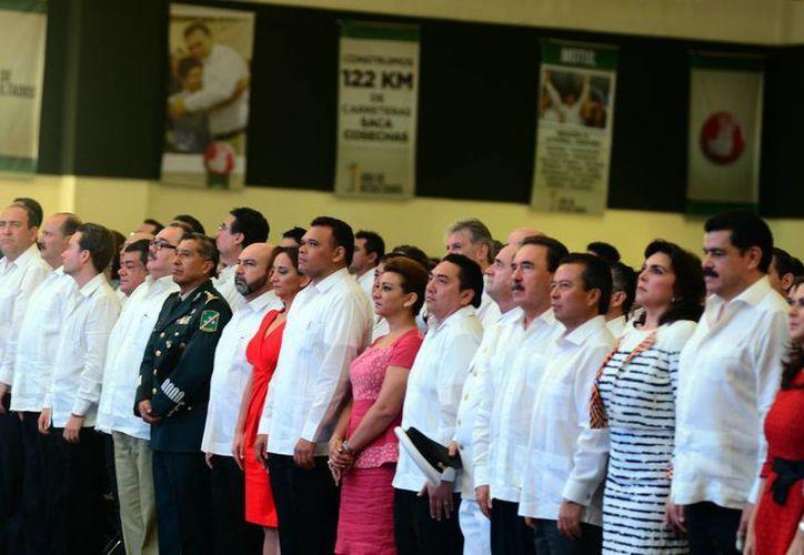Como parte de la ceremonia del Informe de Gobierno de Rolando Zapata (centro), las autoridades rindieron honores a la Bandera Nacional. (Luis Pérez/SIPSE)