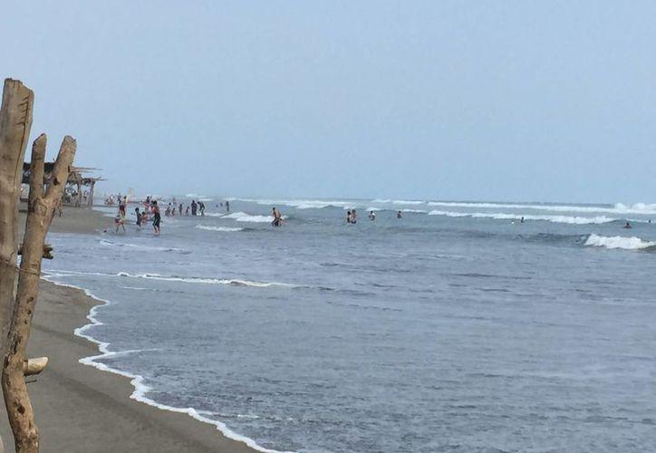 El fenómeno llegará estos días a costas de Oaxaca, Guerrero, Michoacán, Colima, Jalisco y Nayarit. Imagen de una playa de Acapulco, que recientemente fue afectada por el mar de fondo. (Archivo/Notimex)