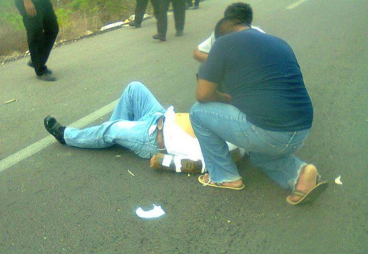 El automovilista accidentado sufrió golpes y una posible fractura de muñeca. (SIPSE)