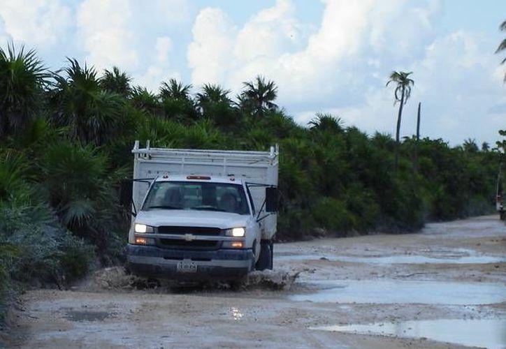 Habitantes de Punta Allen esperan que las autoridades cumplan su promesa y retomen hoy la reparación de la carretera que conduce al poblado. (Rossy López/SIPSE)