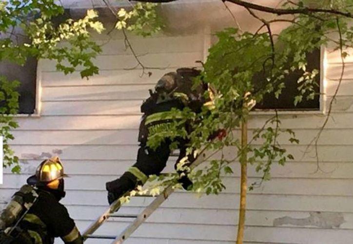 Imagen de los bomberos al entrar a la casa donde se produjo el incendio. (Dan Irwin/New Castle News Online)