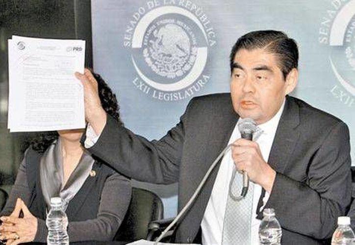 El coordinador del PRD, Miguel Barbosa, muestra la carta que le enviaron a Jesús Murillo Karam. (Milenio)