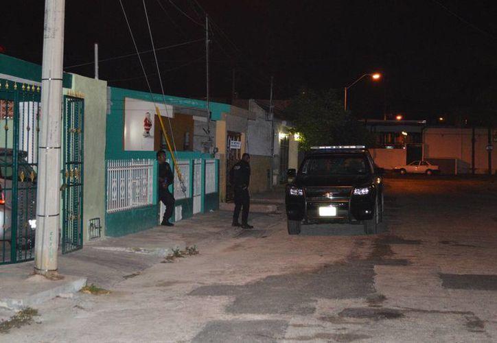 La policía revisó los techos de algunas casas hasta encontrar a dos sujetos, quienes tuvieron que ser sometidos para ser detenidos. (Carlos Navarrete/SIPSE)