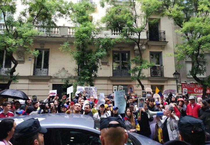 Durante el evento la organización ha presentado un informe en el área cultural de la Embajada, donde se han congregado cerca de 100 personas. (Twitter: @LaHaineInfo).