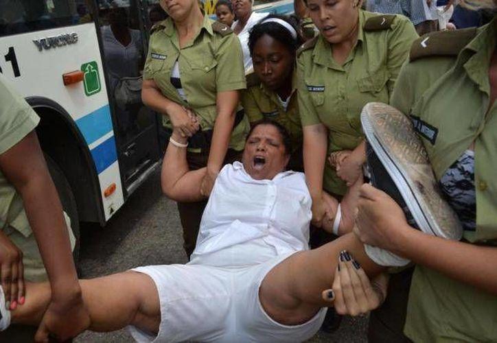 Imagen de una <i>Dama de Blanco</i>, detenida en La Habana este domingo. (El Mundo)