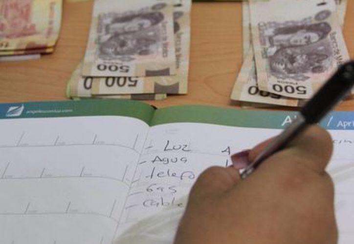 La mayoría de los trabajadores ocupan el dinero del aguinaldo en el pago de deudas. (Ángel Castilla/SIPSE)
