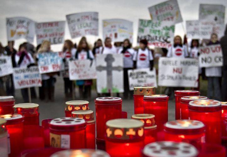 Cirios encendidos durante una protesta por las víctimas de la violencia familiar en Bucarest, Rumanía. (Agencias)