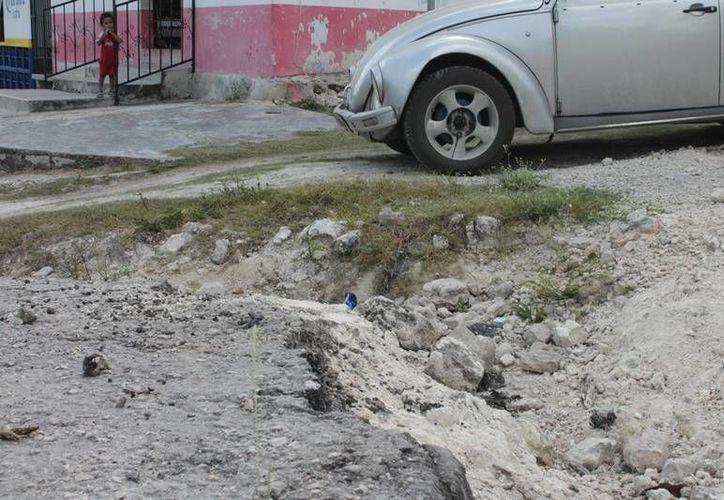Las calles en Juan Sarabia presentan decenas de baches y hoyancos que resultan un riesgo para automóviles y peatones. (Edgardo Rodríguez/SIPSE)