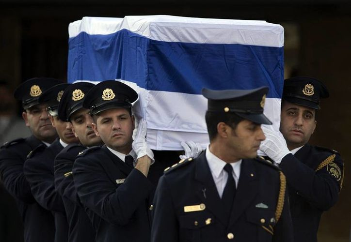 El ataúd de Ariel Sharon, ex primer ministro de Israel, quien falleció el sábado, tras permanecer ocho años en estado vegetativo, fue cubierto con la bandera de Israel y llevado por 8 generales del Ejército israelí que lo sacaron del vehículo militar en el que fue trasladado desde Jerusalén, donde tuvo lugar el funeral de Estado. (Agencias)