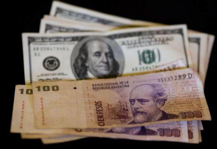 Autoridades argentinas buscan que el mecanismo de compra de dólares sea más transparente. (Agencias)