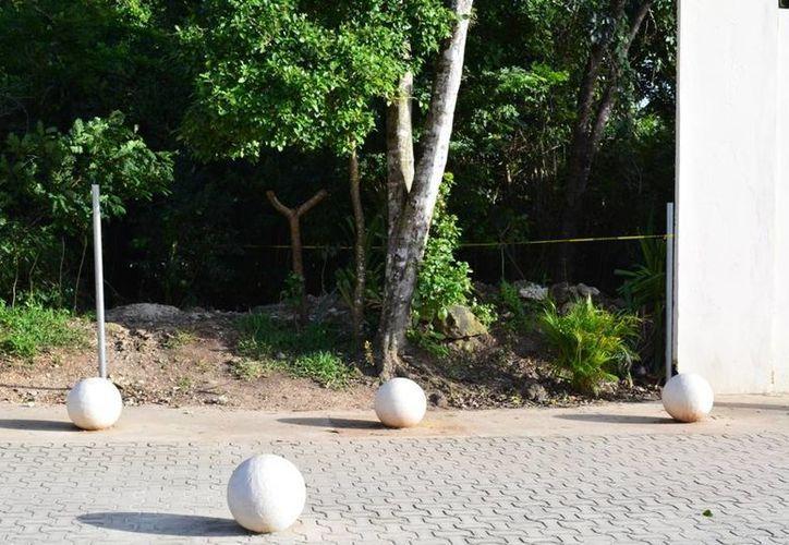 El cuerpo de la mujer fue hallado cerca del acceso a la playa de Punta Esmeralda.  (Redacción/SIPSE)