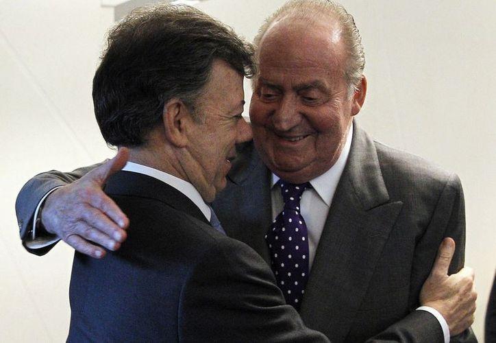 El mandatario Juan Manuel Santos y el rey de España Juan Carlos, durante la 22 ª Cumbre Iberoamericana en Cádiz, España. (Agencias)