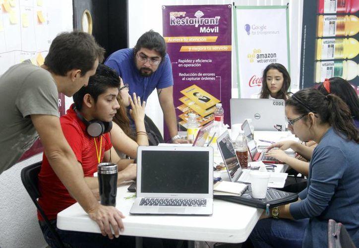 Los jóvenes trabajaron en el evento en grupos. Fue el segundo Startup Weekend del año y  estuvo bajo la temática de comida y viaje. (Milenio Novedades)