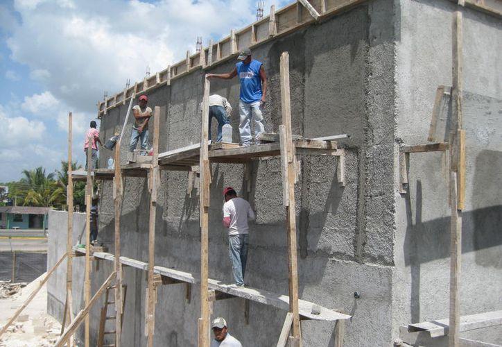 Durante las revisiones que ha llevado Protección Civil municipal, se ha encontrado que la mayoría de los alarifes no utilizan protección. (Javier Ortiz/SIPSE)