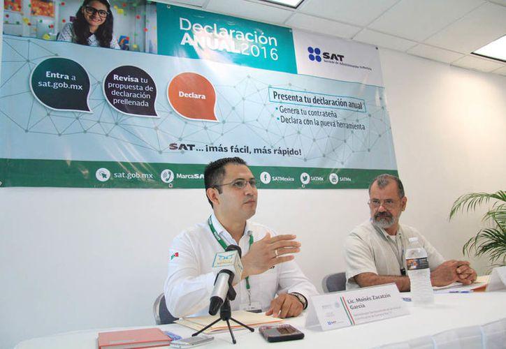 El personal de Servicios al Contribuyente ofrecieron información durante una conferencia. (Luis Soto/SIPSE)