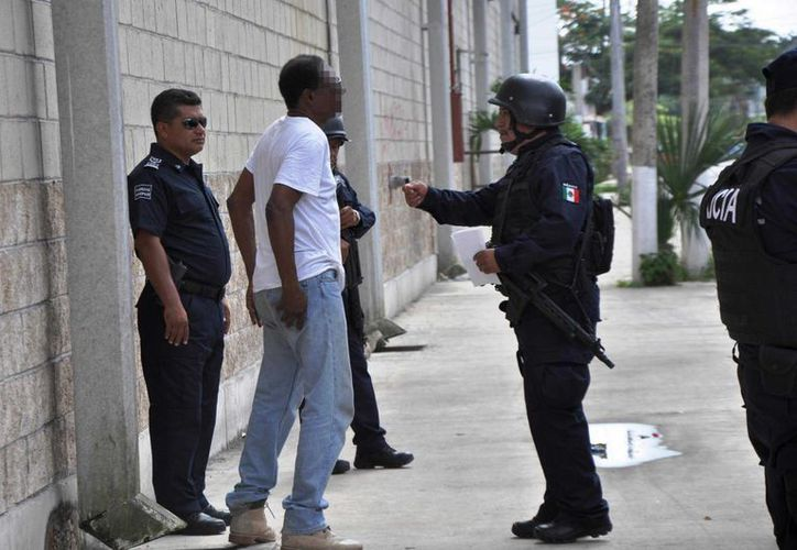 Cuatro patrullas acudieron a la detención de un extranjero, que luego fue liberado por no encontrarle nada irregular.  (Irving Canul/SIPSE)