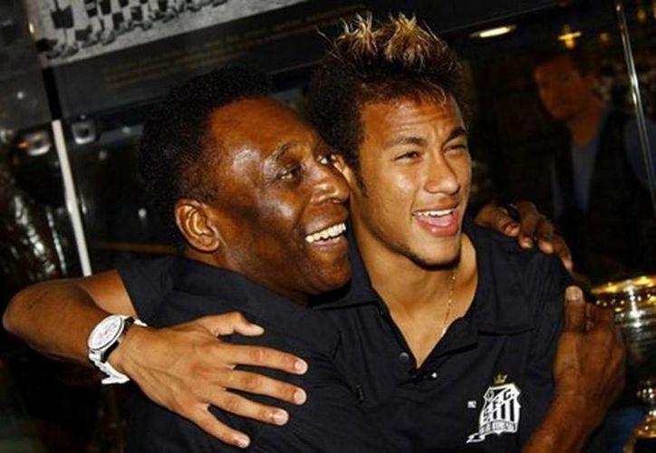 Hace un año Pelé se desvivía en elogios a Neymar. (Agencias)