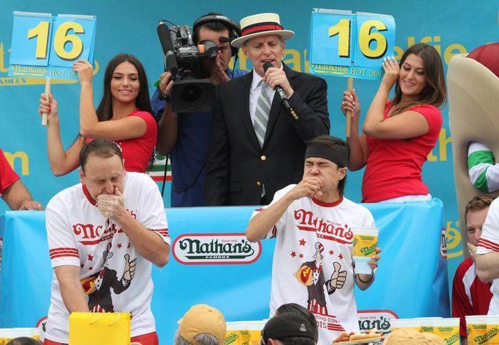 """Matt Stonie (d) destronó a Joey """"Jaws"""" Chestnut como el mejor comedor de hot-dogs en Coney Island. 'Solamente' devoró 62 perros calientes en 10 minutos. (Foto: AP)"""