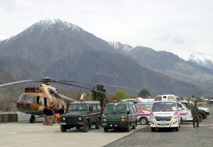 Soldados del ejército paquistaní trasladan los cuerpos de sus camaradas  en Gilgit, Pakistán. (EFE)