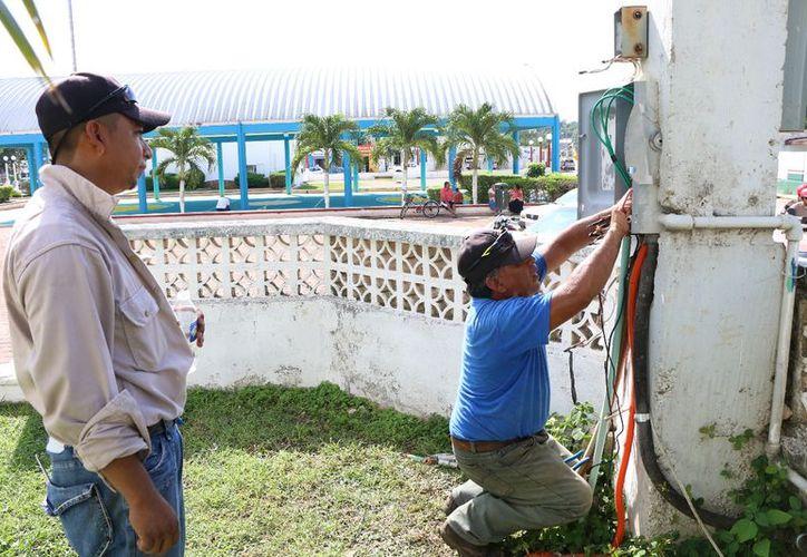 Realizaron trabajos para la rehabilitación del suministro eléctrico. (Gloria Poot/SIPSE)