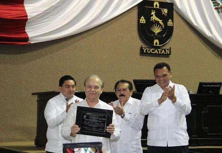 Los representantes de los tres Poderes de Yucatán con el recipiendario del Reconocimiento Diputado Pánfilo Novelo, maestro Luis Fernando Magaña Solís, en el Congreso. (SIPSE)