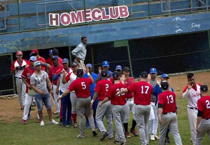 En su gira de una semana en Cuba, los estudiantes (de rojo) fueron embajadores culturales en un país que es casi desconocido para los estadounidenses. (Agencias)
