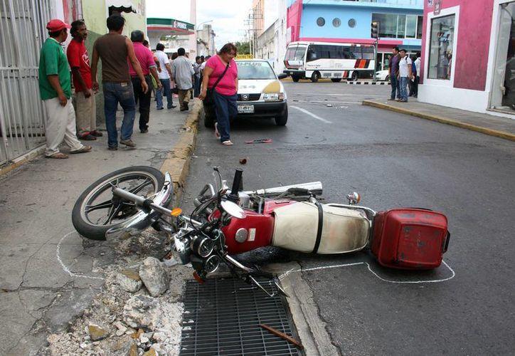 En los primeros seis días del año, seis personas han muerto debido a accidentes de tránsito en Yucatán. La foto corresponde a un percance en el Barrio de Santa Ana, ocurrido este jueves. Un motociclista sufrió fractura expuesta en una pierna.  (J. Pallota/Milenio Novedades)