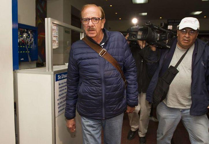 Comediantes reconocidos fueron a despedirse de los actores fallecidos, este domingo. En la foto, Benito Castro durante su llegada al funeral de Alberto Rojas. (Notimex)