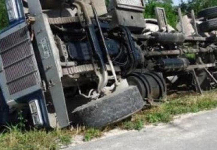Pese a que el accidente fue aparatoso, el conductor salió ileso. (SIPSE)